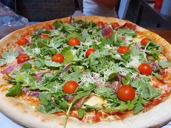 Rukola (pelati, sir, paradižnik, pršut, olive, parmezan, rukola)
